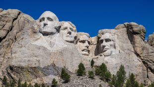 1200px-Mount_Rushmore_detail_view_(100MP)